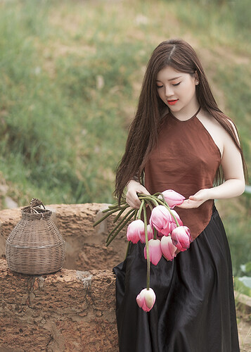 woman-holding-pink-tulips-1386604